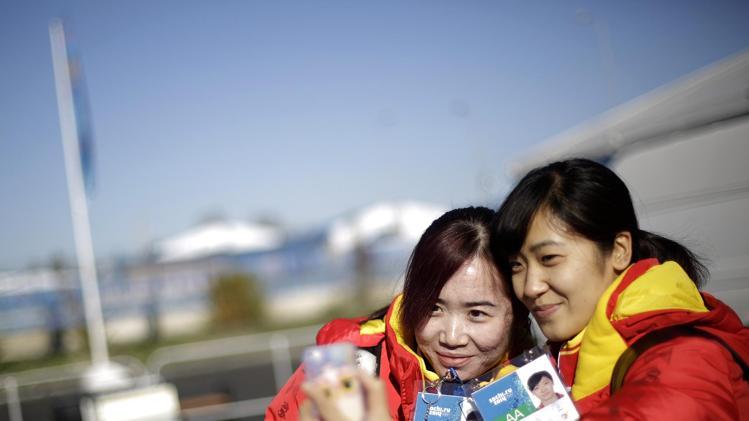 Liu Qiuhong (R), with teammate Kong Xue