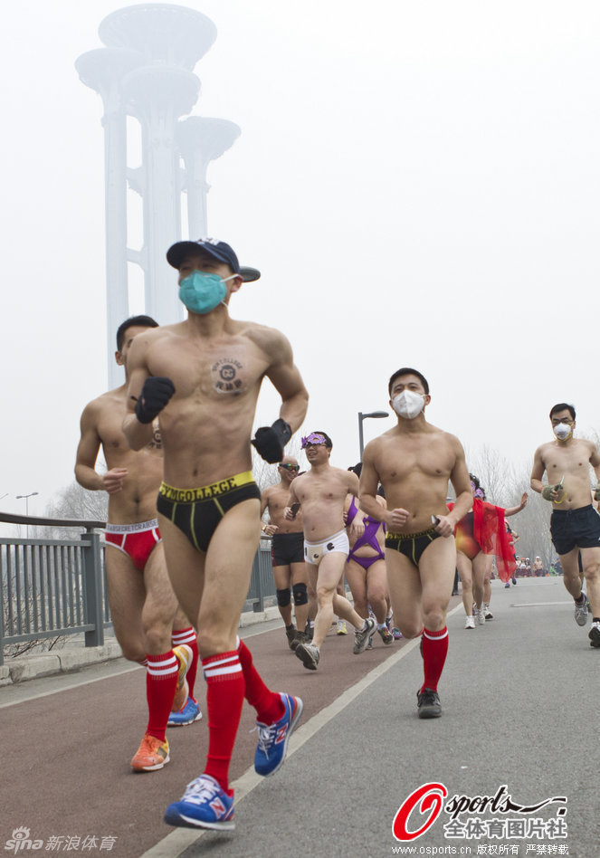 Beijing joggers brave air pollution