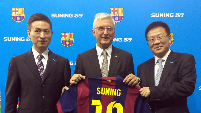 Barca Director General Antoni Rossich is flanked by Suning's EVP/GM Li Bin (L) and VP Sun Weiming (R)