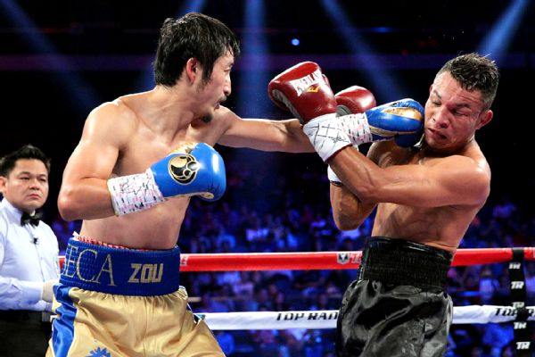 zou-shiming-delivers-a-straight-left-punch-against-luis-de-la-rosa