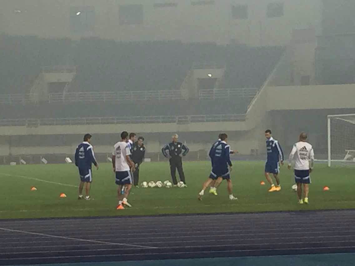 Argentina players brave the smog for quick kickabout